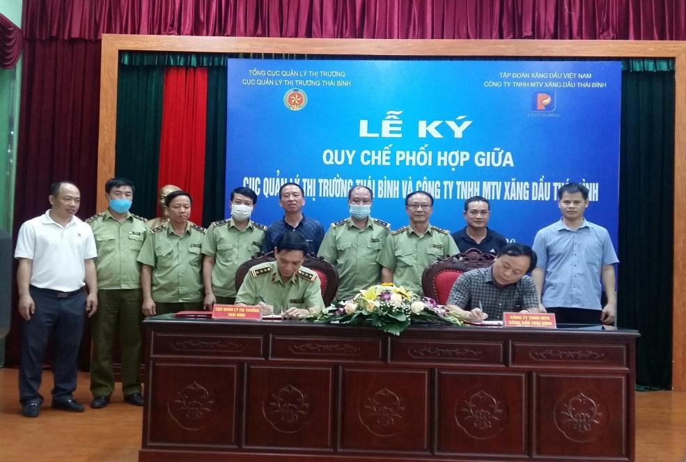 Cục QLTT Thái Bình: Tổ chức Lễ ký kết Quy chế phối hợp giữa Cục QLTT và Công ty TNHH MTV xăng dầu Thái Bình.